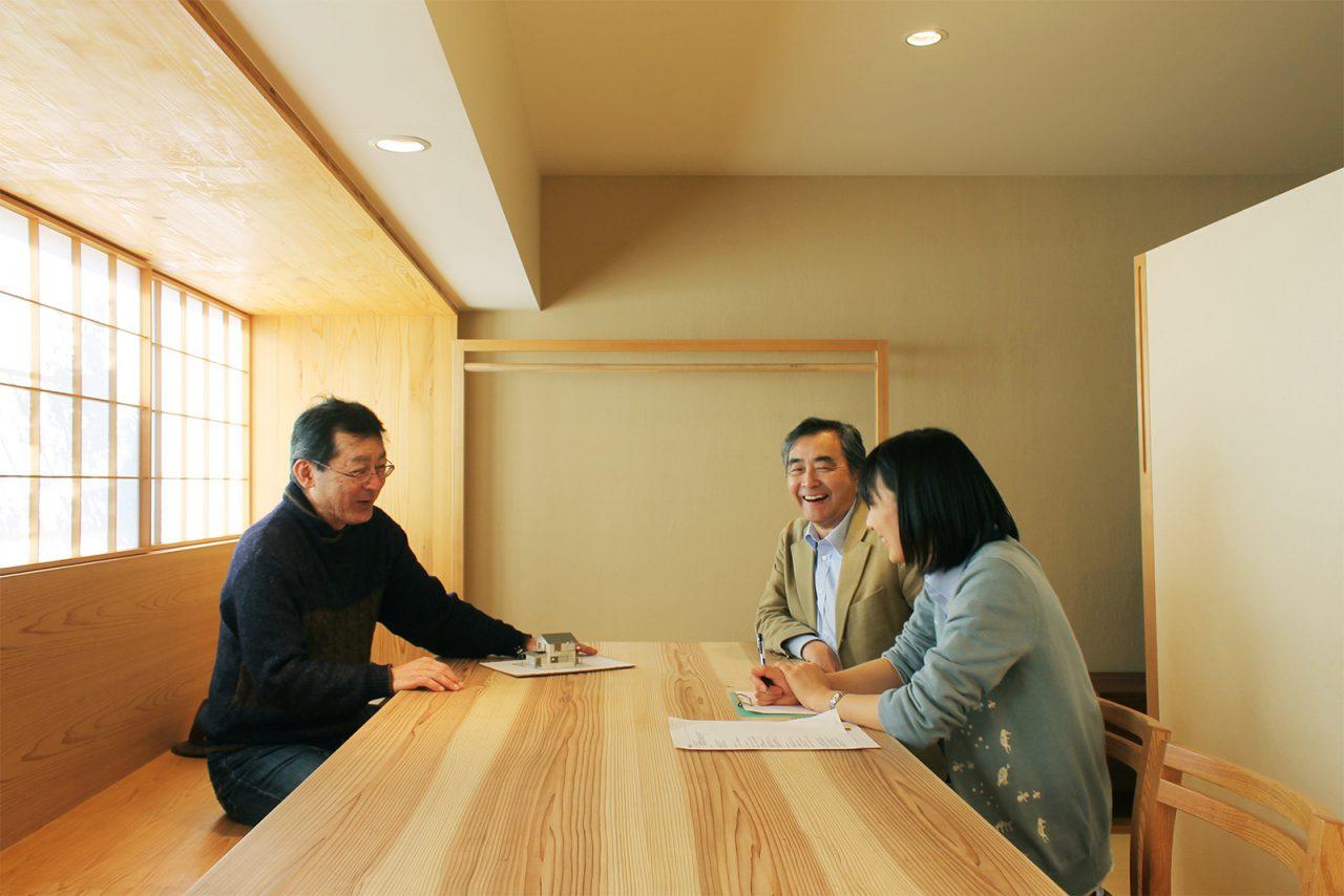 2015年冬、東村山の「つむじ」に「i-works2015」が完成する直前にインタビューが行われました(会場:あいばこ)