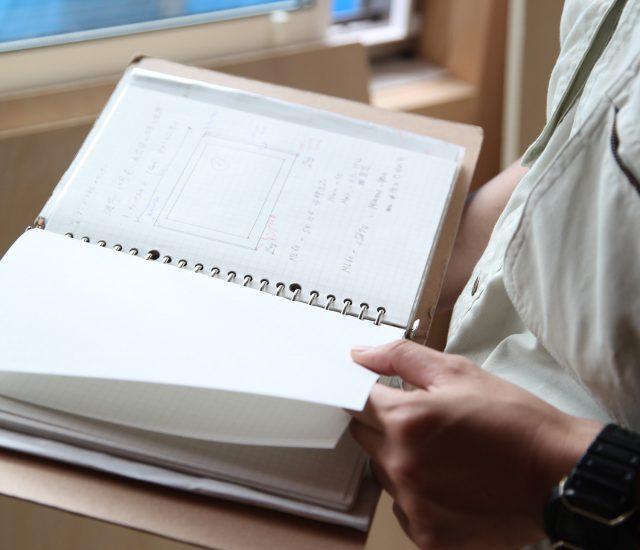 現場必携のメモ帳。工程順に並べ、常に次の段取りを確認する