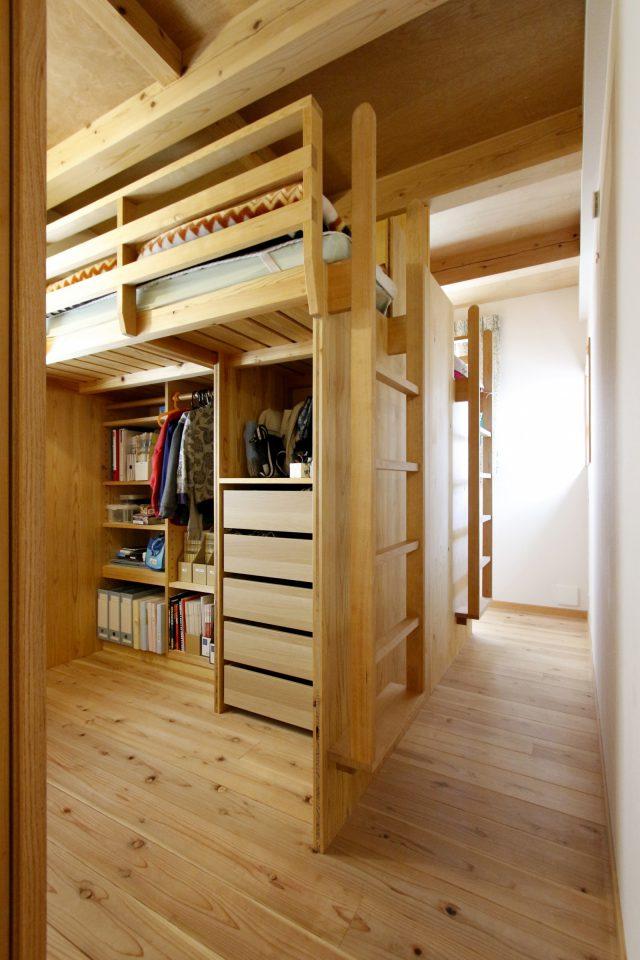 上部がベッド、下部が収納スペースになっている造作家具空間