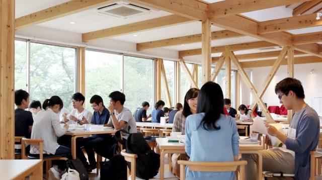 お昼時の様子。夏休みを利用して研修や合宿に来ている大学生たちがたくさん!とってもにぎやかです。
