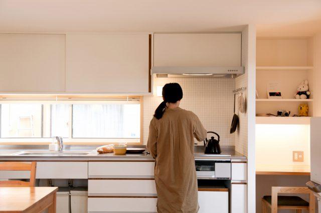 白をベースにした収納豊富なキッチンスペース