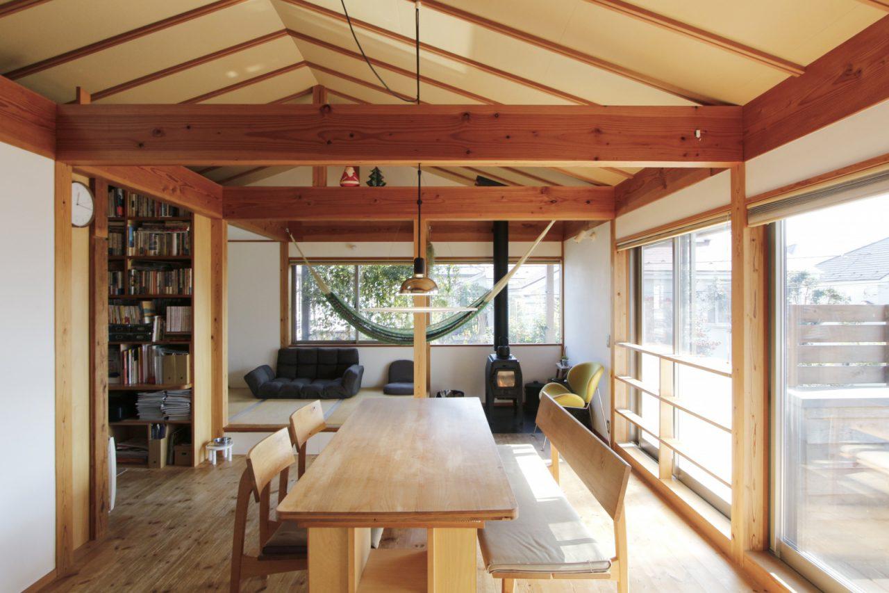 S様ご家族(子世帯)が暮らす2階リビング・ダイニング。薪ストーブ横の小上がりになった畳コーナーやご主人の書斎など落ち着ける空間になっています。