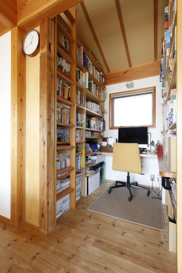 以前の家の柱を使った書斎スペース