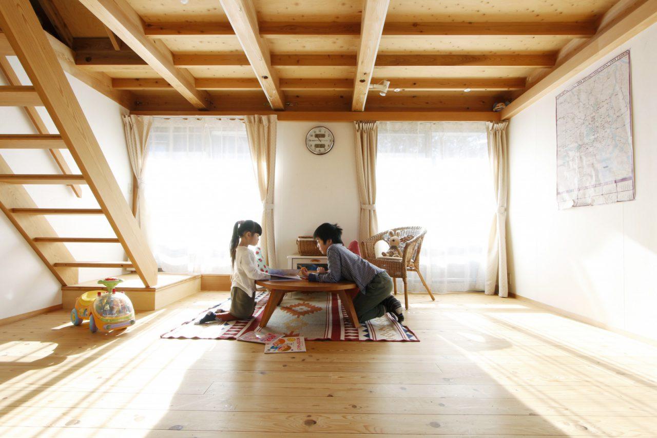 2階の広い部屋で遊ぶ子どもたち