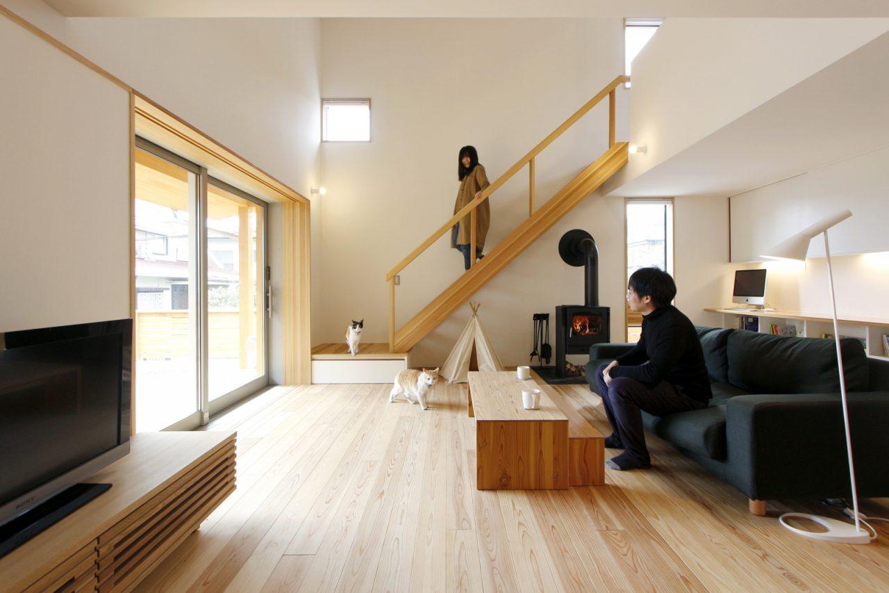 シンプルですっきりとした空間の1階リビング 壁材はビーナスコート、床は無垢の杉材を使用