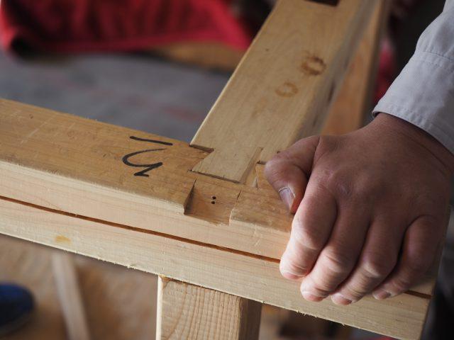 「番付」という木組みの順番をたしかめながら、ていねいに柱と梁をつないでいきます。