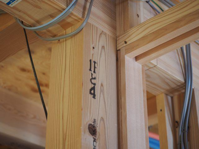 多摩産材の木。番付がこちらにも。