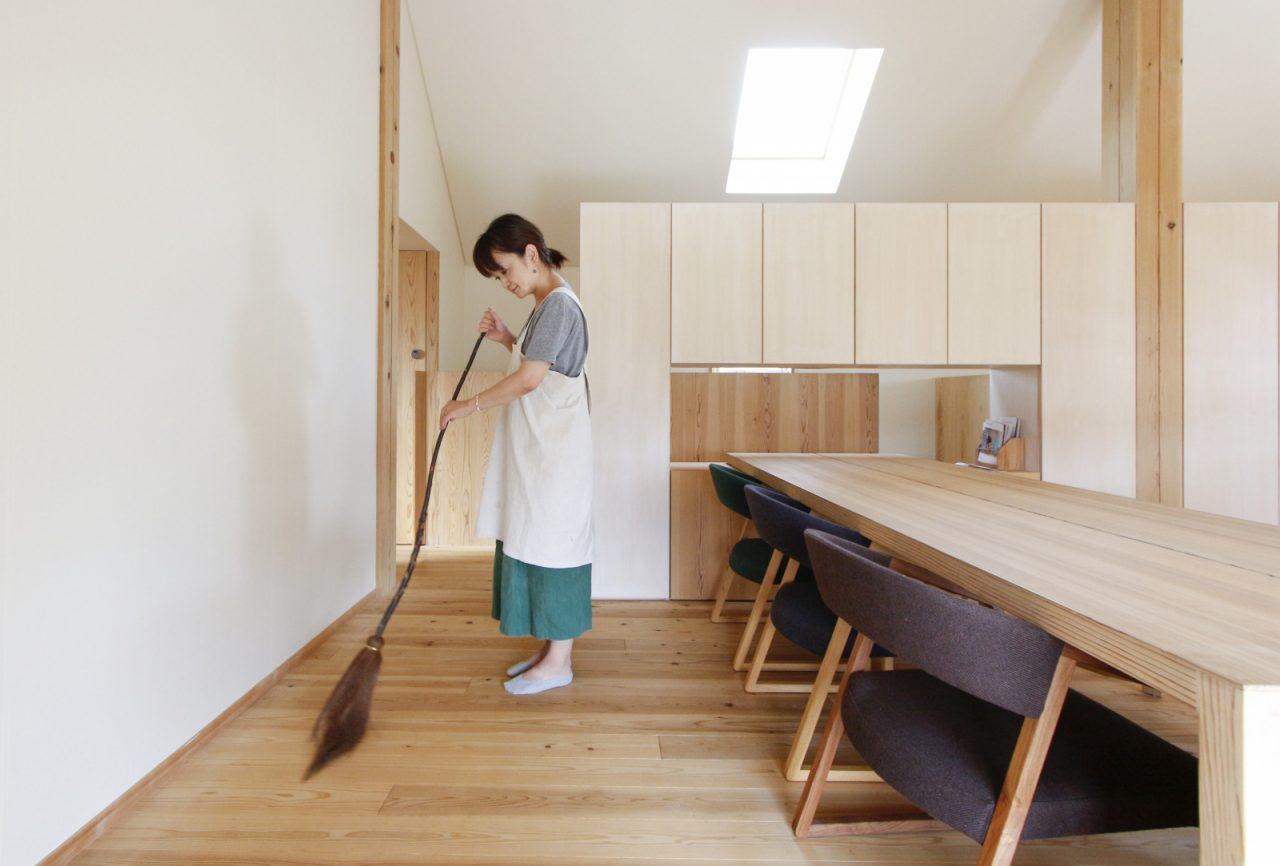 つむじの三階建木造ドミノでホウキ掃除