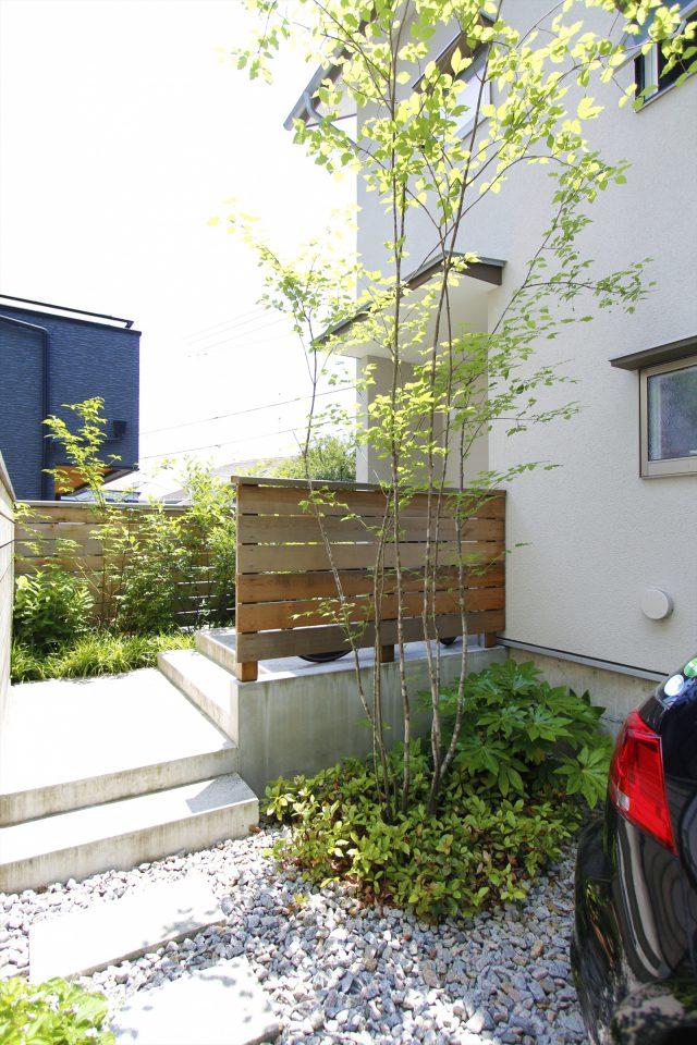 石と緑が程よいバランスの玄関アプローチ