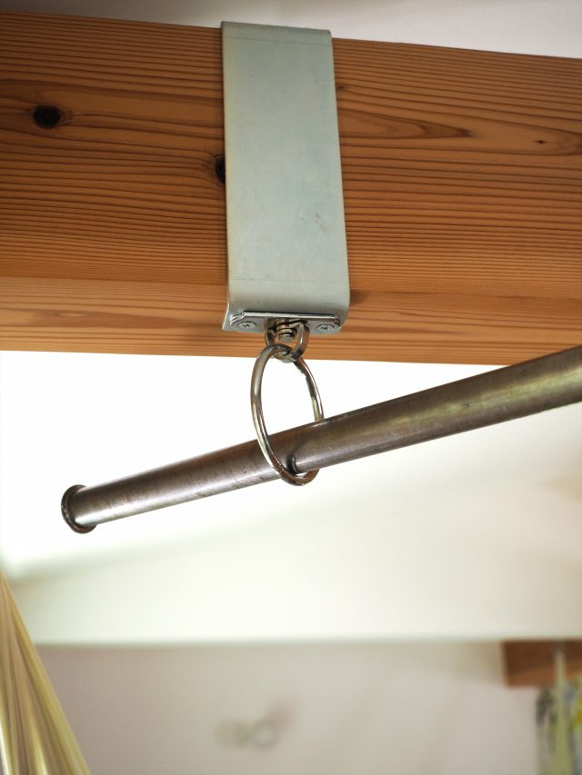 ご主人特注の、梁に掛けられる物干し金具&ポール