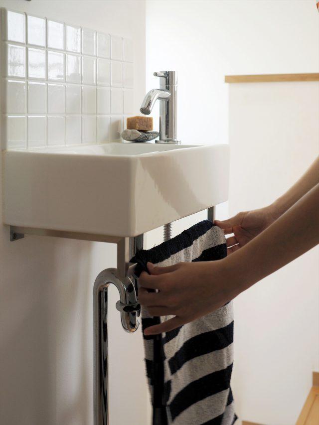 コンパクトな洗面台。タオル掛けはご主人特注金物。