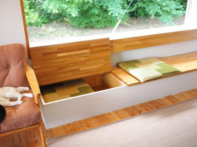窓辺のベンチの下は座布団もしまえる収納スペースに。