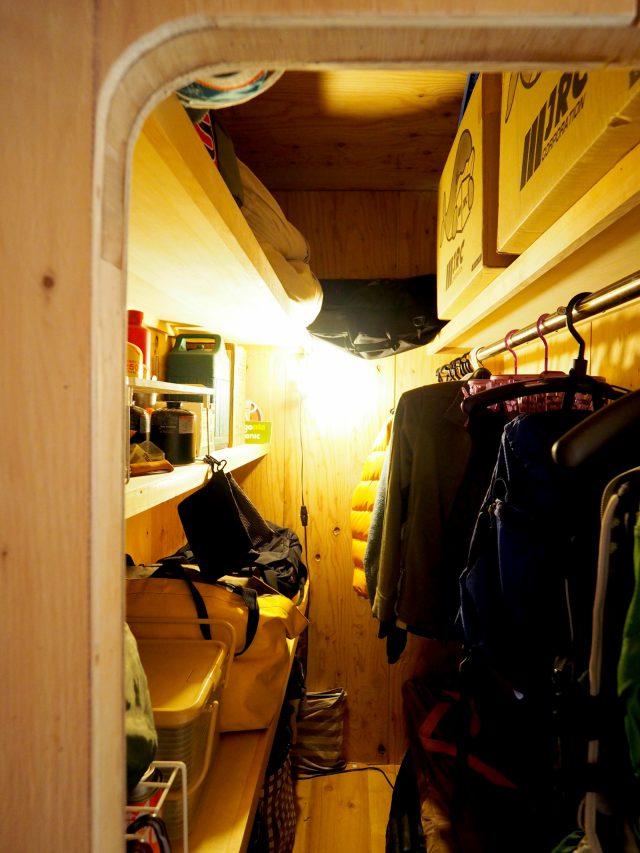 洞窟のようなキャンプ道具収納庫。