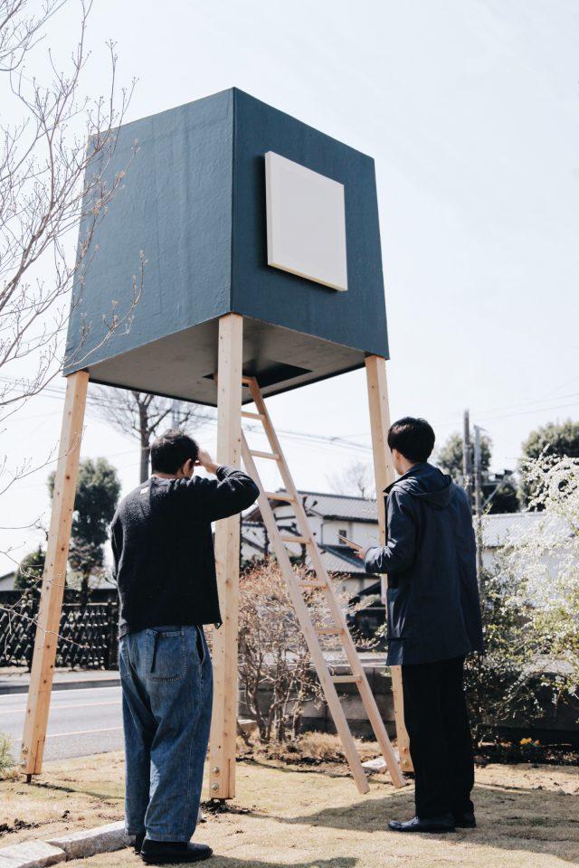 完成した巣箱を確認する家具デザイナーの小泉誠さんと相羽建設設計部の中村 健一郎さん。