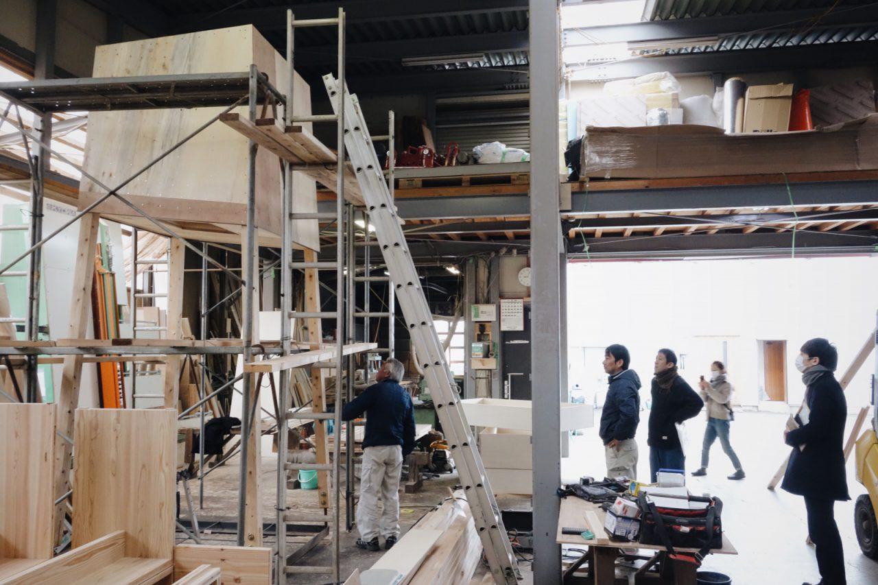 加工場で大工の秋山和雄棟梁が製作した「巣箱」。かたちができあがったところを小泉誠さんが確認に訪れた日の様子。