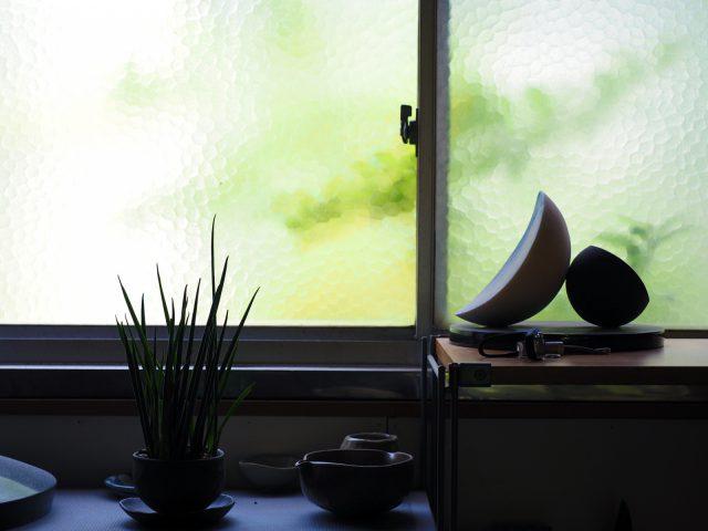光がやさしくさしこむ窓辺の様子
