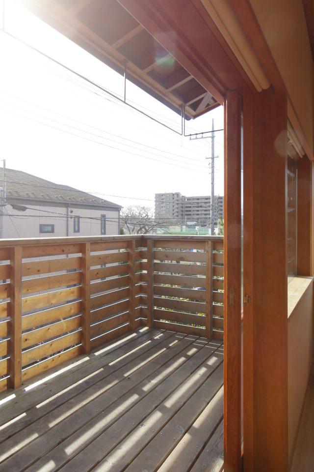 風と光が気持ちの良いデッキスペース。洗濯もの干しもすっきりとしたオリジナルデザインで。