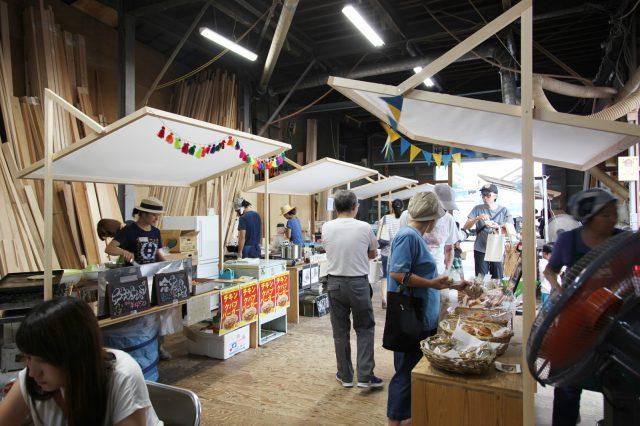 「大工の手」の屋台。地域の食のお店の皆さんが出店して会場ににぎわいが