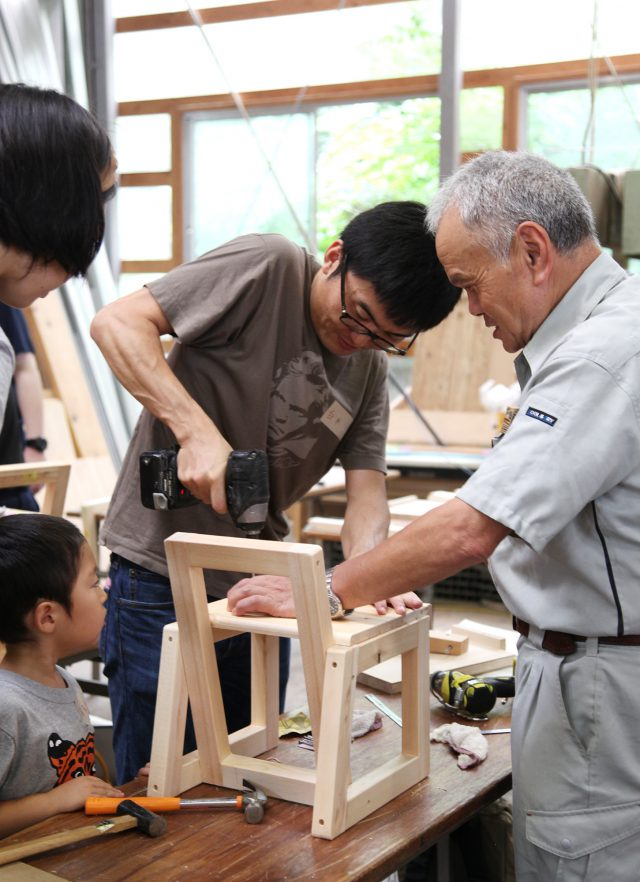 家の材料と同じ木をつかって、順序を確認しながら組みあげていきます