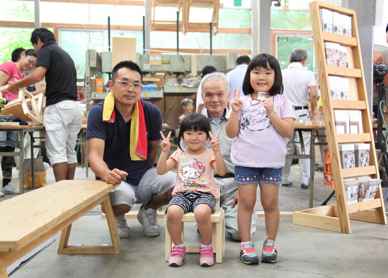 完成した椅子に座って、大工さんと一緒に。フェスタは家を建ててくれた大工さんにまた会える機会でもあります