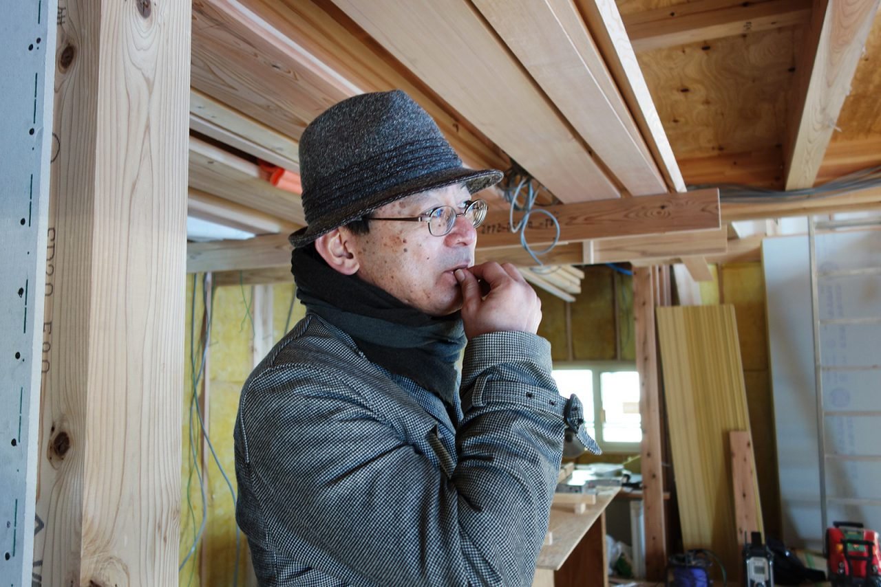 つむじに建築中の「i-works2015」の工事の確認に訪れた伊礼さん。