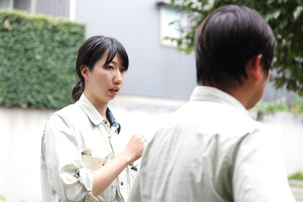 現場の進捗状況を工事部リーダーの渡邉さんに報告する