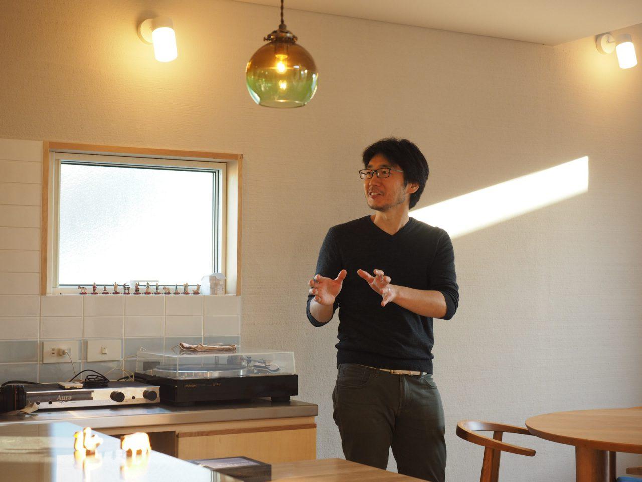 住まい手のNさん。音楽や写真などが好きで、生活の場所である住まいでも、日常の中で「ほっ」とできるような居場所を大切に考えた住まいを思い描き、島田さんとの家づくりを進めてこられました