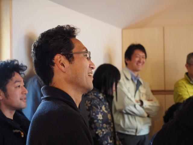 設計当初、建築家の島田さん(中央)は「この曲を聴きながら設計をしてもらえると嬉しいです」とNさんから池間さんの曲を紹介されたのだそう。すっかりファンになった島田さんは、Nさんご家族と相羽建設の遠藤(右奥)とみんなで池間さんのライブも出かけたのだとか(うらやましい!)