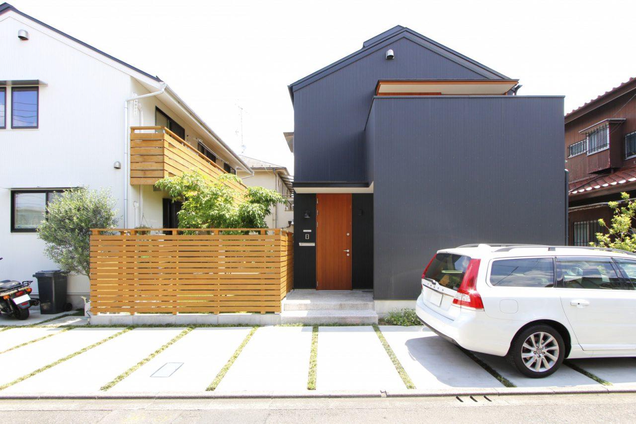 左の白い建物がH様ご家族の暮らす木造ドミノ住宅。右の黒い建物がK様ご家族の暮らすi-works。