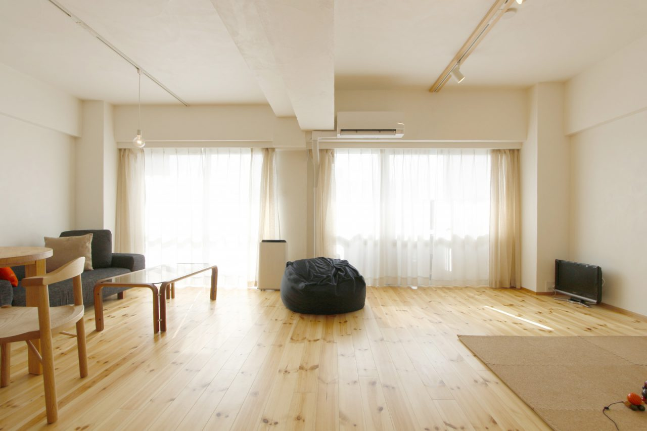壁は漆喰、床は無垢のパイン材を使用
