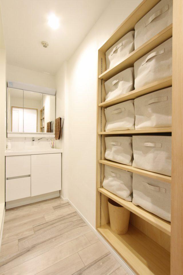 造作収納のある、スッキリとした洗面スペース