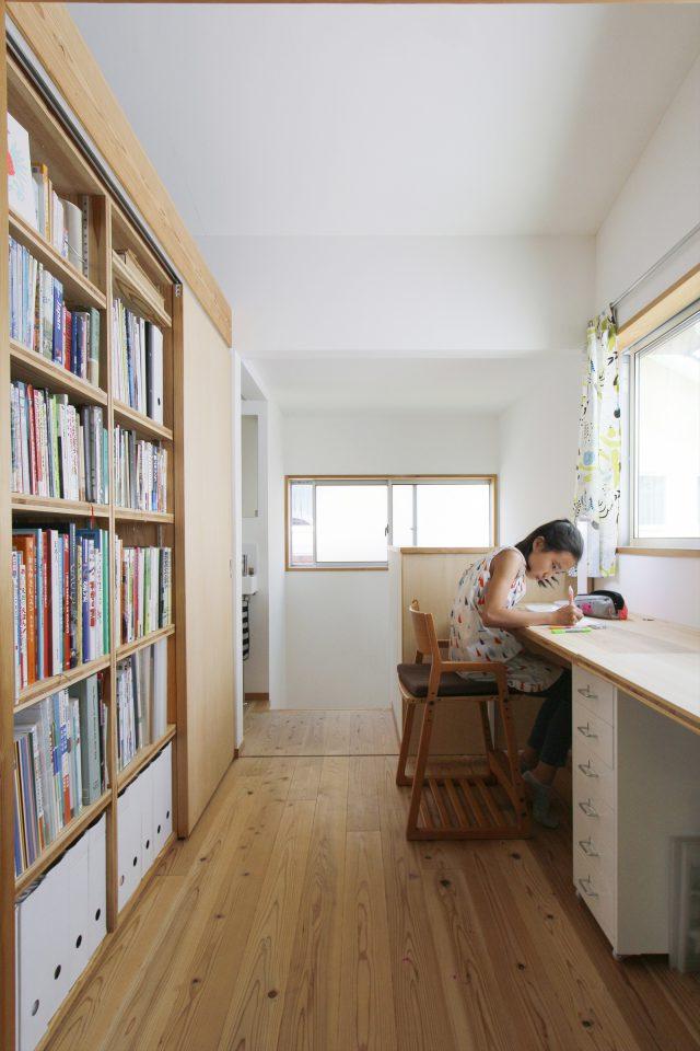 間仕切りした壁面を本棚に。2階スタディスペース。