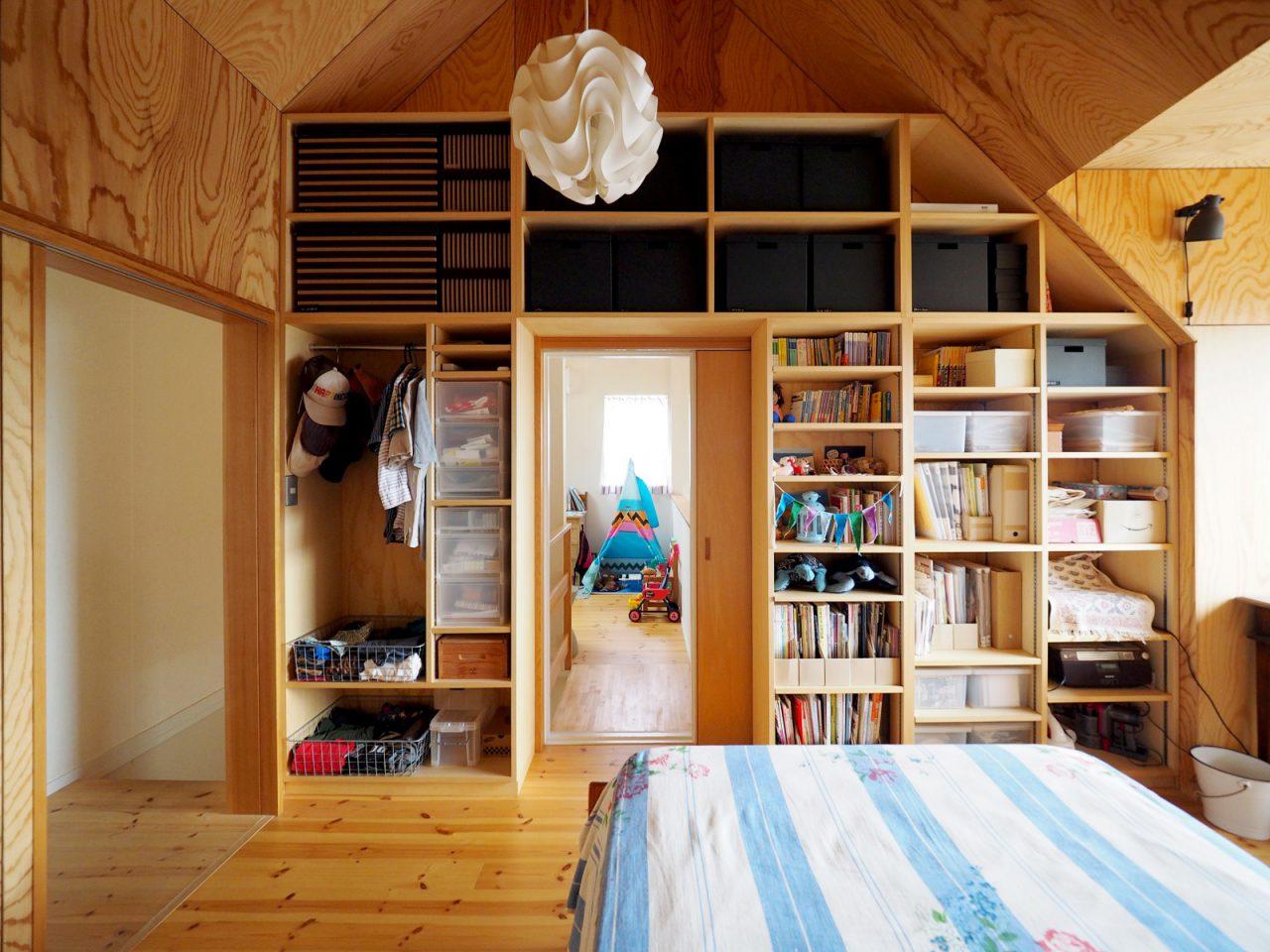 収納たっぷりの2階寝室。奥は子ども部屋。