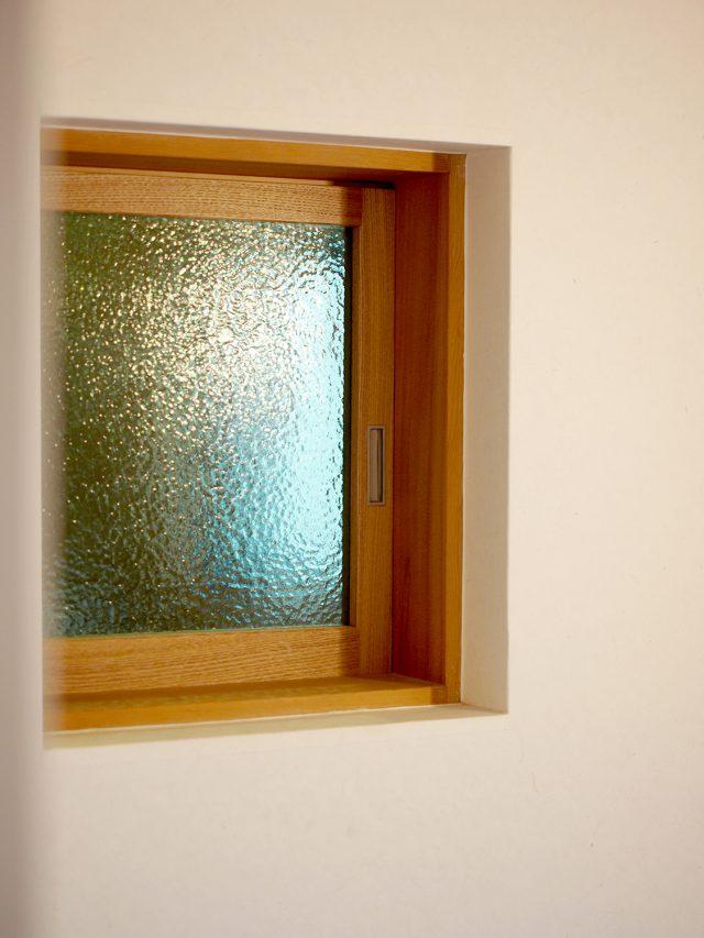スタディスペースと階段をつなぐ小窓。