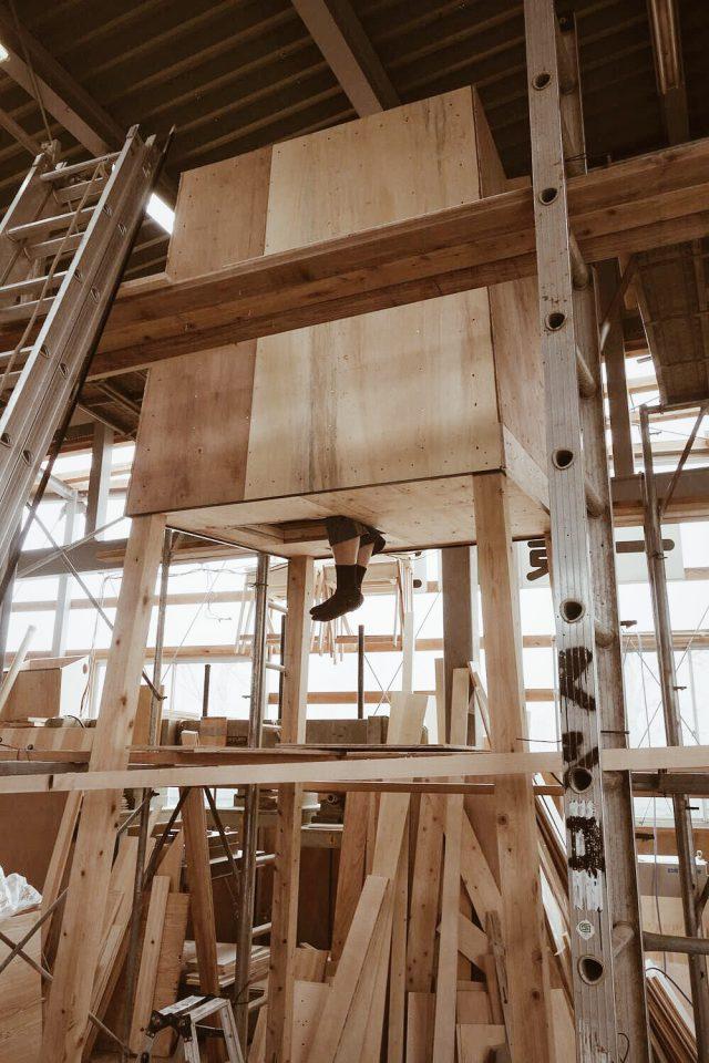下から登って入り込む巣箱の形状。飛び出している足は小泉さん。この確認の後、開口部の窓の取り付けや、外部へのFRP巻きの処理が施されました。