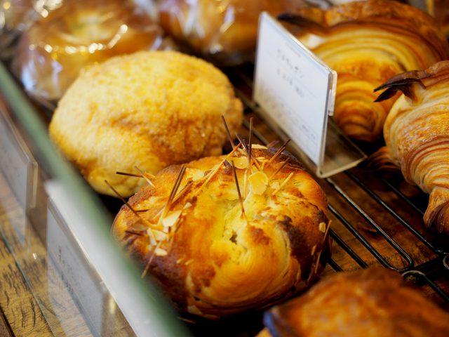 ショーケースに並ぶ様々な種類の美味しいパン