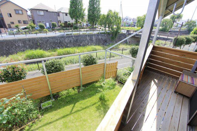 庭にはハンモックや緑のカーテンをつけたり、使い方自由のビッグフレームが設置されています