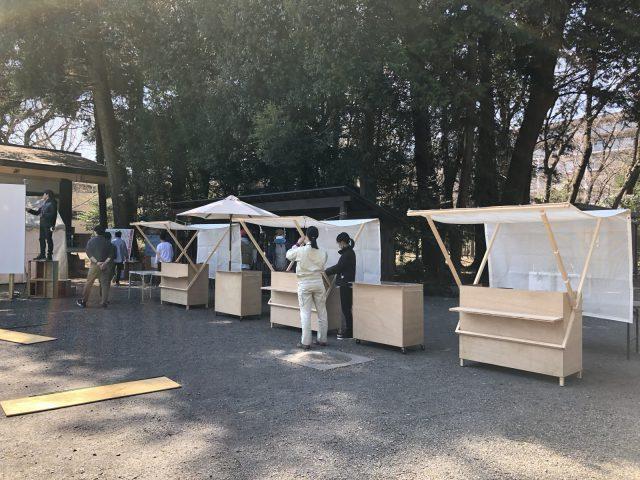八坂神社の境内に「大工の手」の屋台を設置中。現場監督や広報部のスタッフで搬入です。