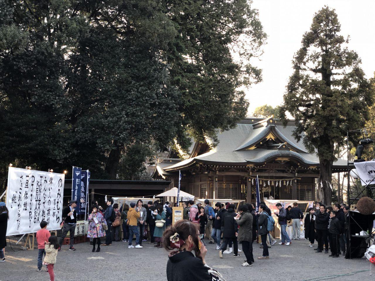 広い境内の一角にイベント会場ができあがりました。写真奥が八坂神社の御社殿。