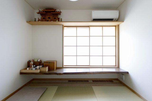 以前の家で使っていた、一枚板のカウンターを再利用した1階和室
