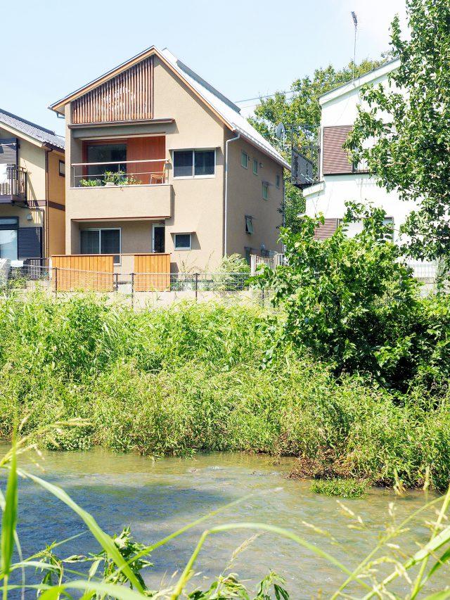 穏やかに流れる家の前の川