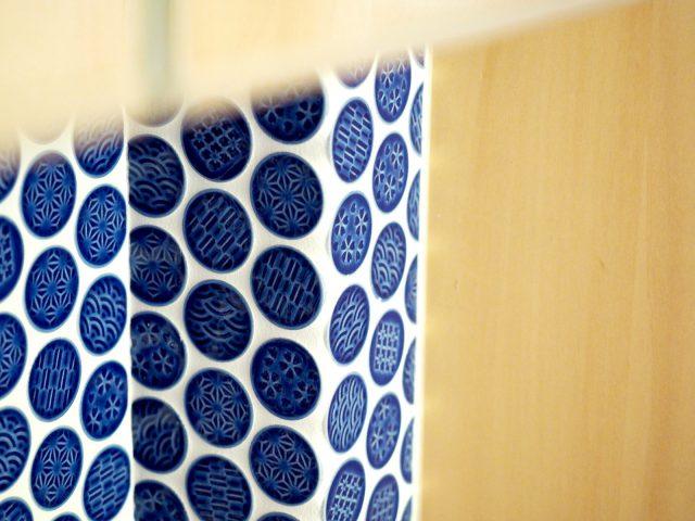 洗面台の壁には可愛い丸のタイルを使用