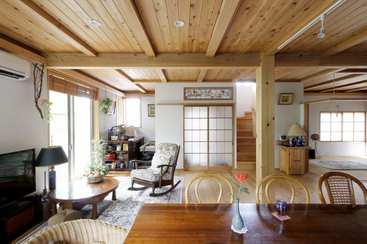壁は塗り壁、天井の装飾は板張りにするなど、素材を変えたことで従来の「木造ドミノ住宅」のシンプルな雰囲気とまた違った深みのある印象に。