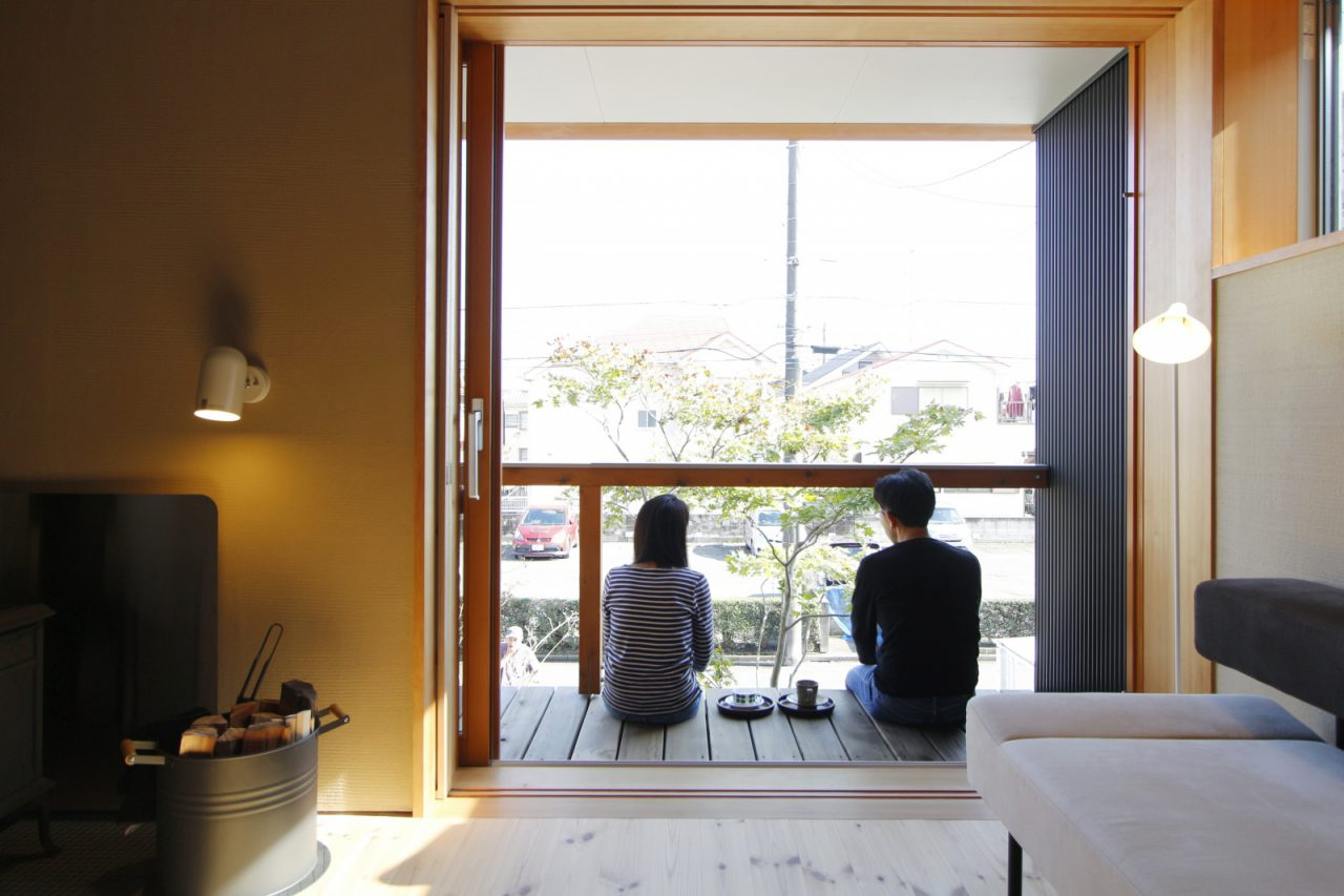 2階デッキから外の景色を眺めるご夫婦