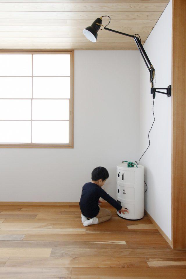 アングルポイズの壁付け照明が空間のワンポイントに