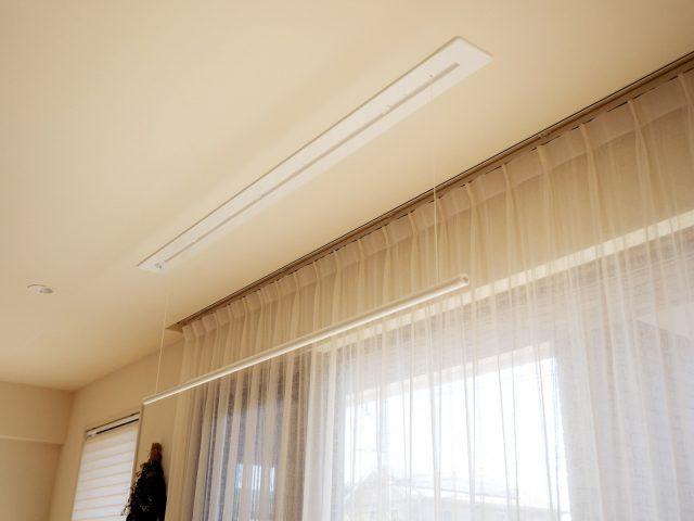 使わないときは天井に収納できる室内用の物干し