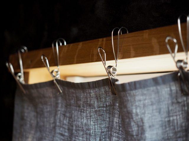 ステンレスクリップを使ってカーテンに。布は奥様の手作り。
