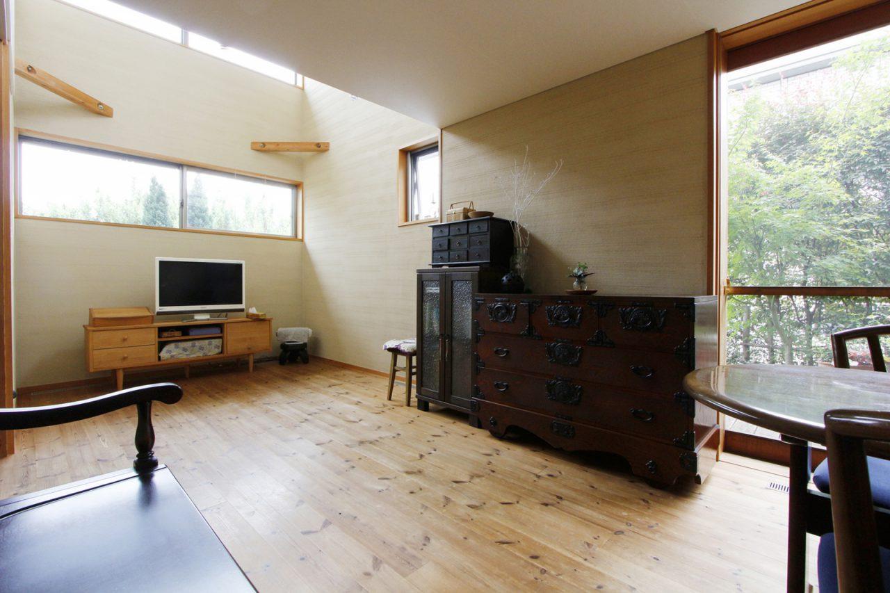 経年美化して、ゆっくりと家に馴染んでいく床や家具たち