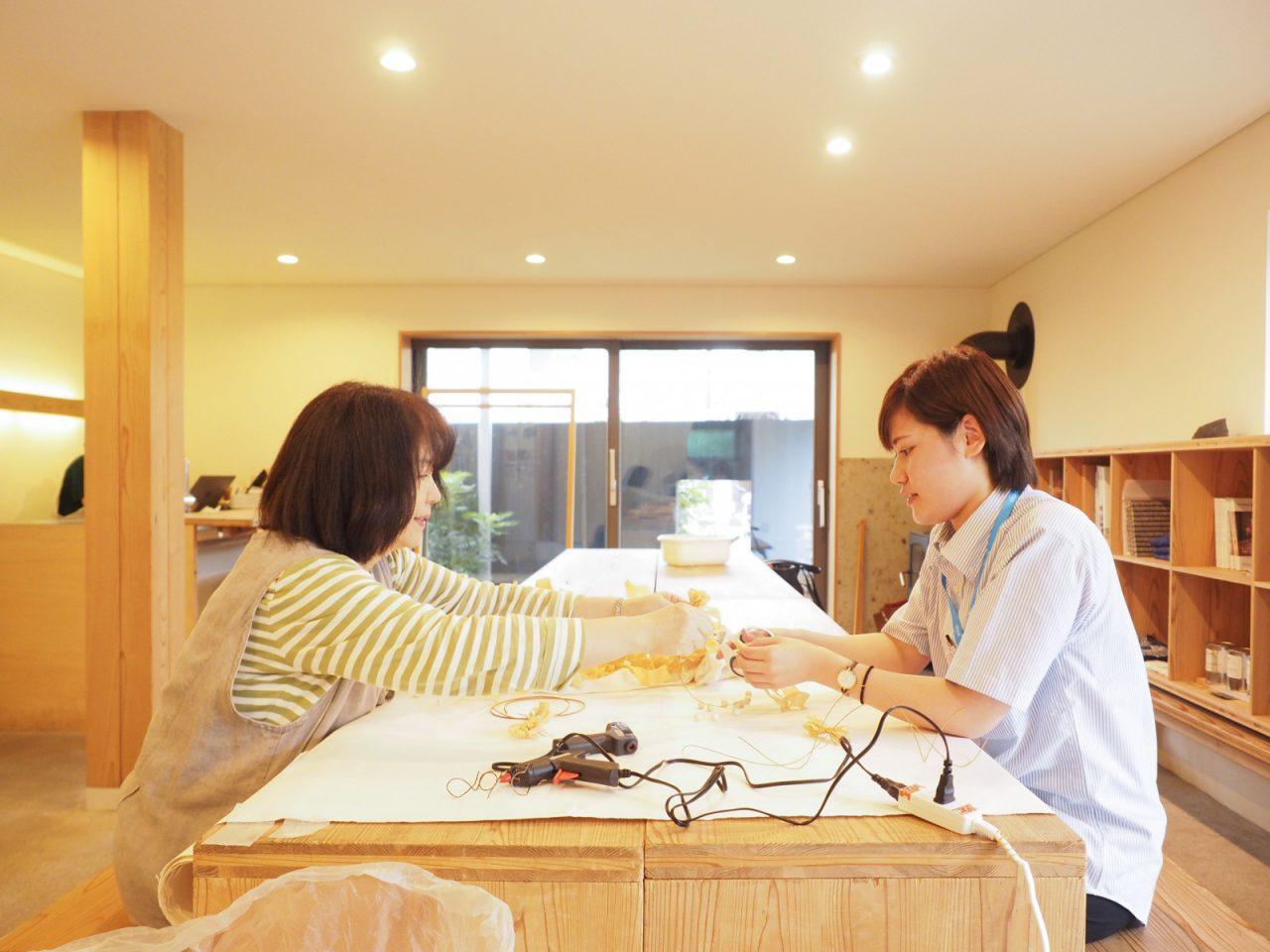 つむじのスタッフでもある小川さんは、かんなリボンでつくるワークショップの講師もされています!