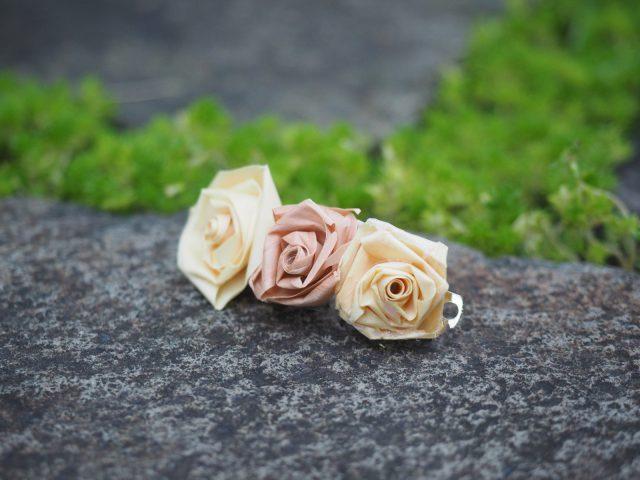 かんなくずをくるくると巻いて小さなバラをつくって出来上がる「バレッタ」。